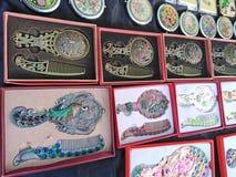 Peines y espejos en el mercado de mi?rcoles en Anjuna, Goa, la India fotos de archivo