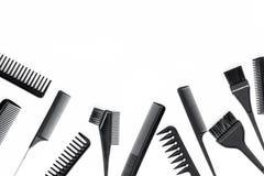 Peines y herramientas del peluquero en la maqueta blanca de la opinión superior del fondo del escritorio del trabajo Fotos de archivo