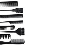 Peines y herramientas del peluquero en la maqueta blanca de la opinión superior del fondo del escritorio del trabajo Imagen de archivo libre de regalías