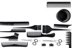 Peines y herramientas del peluquero en la maqueta blanca de la opinión superior del fondo del escritorio del trabajo Fotos de archivo libres de regalías