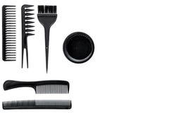 Peines y herramientas del peluquero en la maqueta blanca de la opinión superior del fondo del escritorio del trabajo Fotografía de archivo libre de regalías