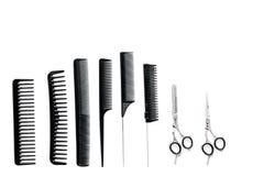 Peines y herramientas del peluquero en la maqueta blanca de la opinión superior del fondo del escritorio del trabajo Foto de archivo libre de regalías