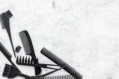 Peines y herramientas del peluquero en la maqueta de piedra de la opinión superior del fondo del escritorio del trabajo Foto de archivo