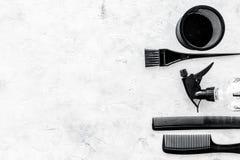 Peines y herramientas del peluquero en la maqueta de piedra de la opinión superior del fondo del escritorio del trabajo Foto de archivo libre de regalías
