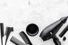 Peines y herramientas del peluquero en la maqueta de piedra de la opinión superior del fondo del escritorio del trabajo Imagenes de archivo