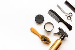 Peines y herramientas del peluquero en la opinión superior del fondo blanco Fotografía de archivo