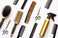 Peines y herramientas del peluquero en la opinión superior del fondo blanco Imagen de archivo libre de regalías