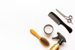 Peines y herramientas del peluquero en la opinión superior del fondo blanco Fotografía de archivo libre de regalías