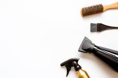 Peines y herramientas del peluquero en la opinión superior del fondo blanco Imagen de archivo