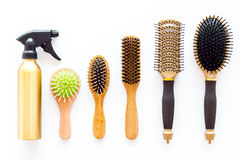 Peines y herramientas del peluquero en la opinión superior del trabajo del fondo blanco del escritorio Fotografía de archivo libre de regalías