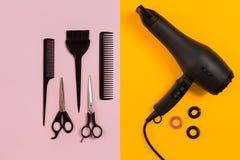 Peines y herramientas del peluquero en la opinión superior del fondo del color Imagen de archivo