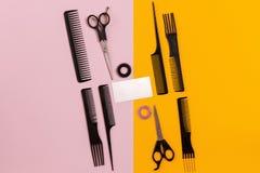 Peines y herramientas del peluquero en la opinión superior del fondo del color Fotos de archivo libres de regalías
