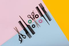 Peines y herramientas del peluquero en la opinión superior del fondo del color Fotos de archivo