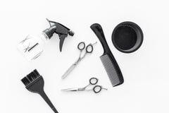 Peines y herramientas del peluquero en la opinión superior del trabajo del fondo blanco del escritorio Fotos de archivo