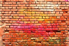 Peint dans le vieux mur de briques de couleurs images libres de droits