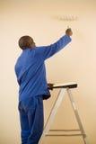 Peintre à l'aide d'un rouleau de peinture Photos libres de droits