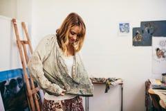 Peintre de femme étant prêt dans son studio photos libres de droits