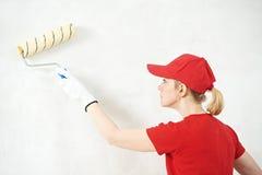 Peintre de femme au travail d'intérieur Photo libre de droits