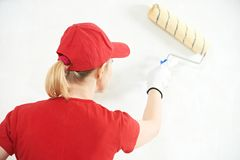 Peintre de femme au travail d'intérieur Images stock