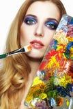 Peintre de jeune femme avec le pinceau de palette de couleurs et Photographie stock