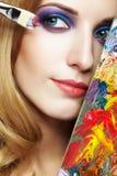 Peintre de jeune femme avec le pinceau de palette de couleurs et Photo stock