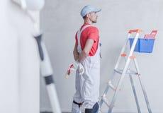 Peintre de pièce et son travail photo libre de droits