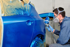 Peintre de véhicule au travail. Photo stock