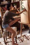 Peintre féminin d'artiste image stock