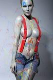 Peintre féminin Splattered de Chambre avec la peinture de latex Photographie stock libre de droits