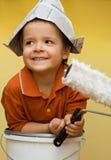 Peintre heureux avec le chapeau de journal Image stock