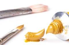 Peinture à l'huile d'ocre jaune fraîche du tube images stock