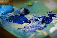 Peinture à l'huile de couleur de mélange de brosse d'artiste sur la palette Image libre de droits