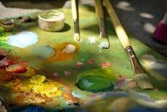 Peinture à l'huile de couleur de mélange de brosse d'artiste sur la palette Photos libres de droits