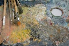 Peinture à l'huile sur une palette et des brosses Images libres de droits