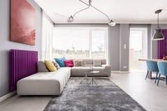 Peinture abstraite accrochant au-dessus du sofa photographie stock libre de droits
