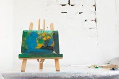 Peinture abstraite colorée dans le studio d'art Photos libres de droits