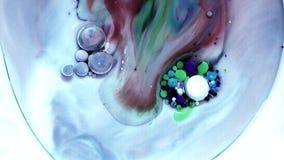 Peinture acrylique multicolore avec le modèle de marbre Peinture et bulles abstraites banque de vidéos