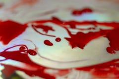 Peinture acrylique rouge de Hue sur la table d'éclat Palette sur la table La vie d'artiste photos libres de droits
