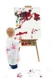 Peinture adorable de garçon d'enfant en bas âge au support image stock