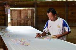 Peinture asiatique d'homme faisant le batik malaisien célèbre Images stock