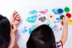 Peinture asiatique de fille et à l'aide des instruments de dessin, tir de studio Images libres de droits