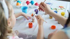 Peinture avec des brosses sur l'oeuf de pâques banque de vidéos