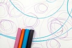 Peinture avec la couleur de crayon du bébé (1 an et 11 mois) Image libre de droits