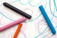 Peinture avec la couleur de crayon du bébé (1 an et 11 mois) Images libres de droits