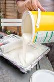 Peinture blanche de versement d'étain dans le plateau DIY autoguident la décoration Photos stock