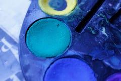 Peinture bleu-foncé et verte dans une palette d'aquarelle Fermez-vous vers le haut du tir photographie stock