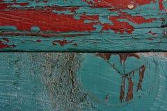 Peinture bleue et rouge sur la surface rustique d'une ruche photo libre de droits