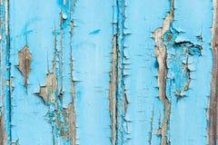 Peinture bleue s'écaillant outre du fond en bois de panneau Images stock