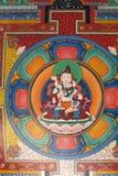 Peinture bouddhiste au plafond d'une porte Image stock