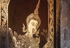 Peinture complexe et endommagée de feuille d'or de figure humaine en Wat Phra That Doi Suthep, Thaïlande photo libre de droits